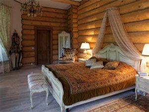 dizain-spalni-v-derevyannom-dome-3