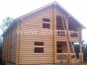 Деревянный дом из бревна с террасой, эркером, балконом
