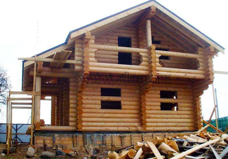Дом из бревна с выносным балконом