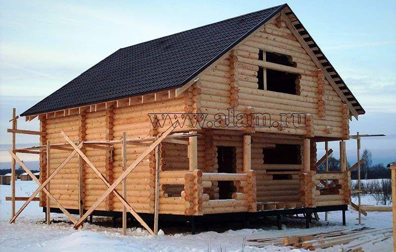 Недорогой дом из оцилиндрованного бревна на свайном фундаменте
